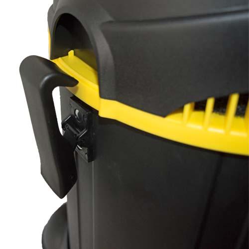 Контейнерът на строителната прахосмукачка се захваща към горната част на машината посредством щипки